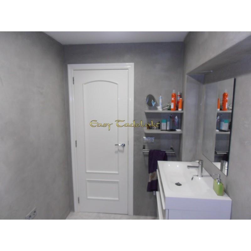 Tadelakt Pac plein pour rénover la salle de bain sur les carreaux