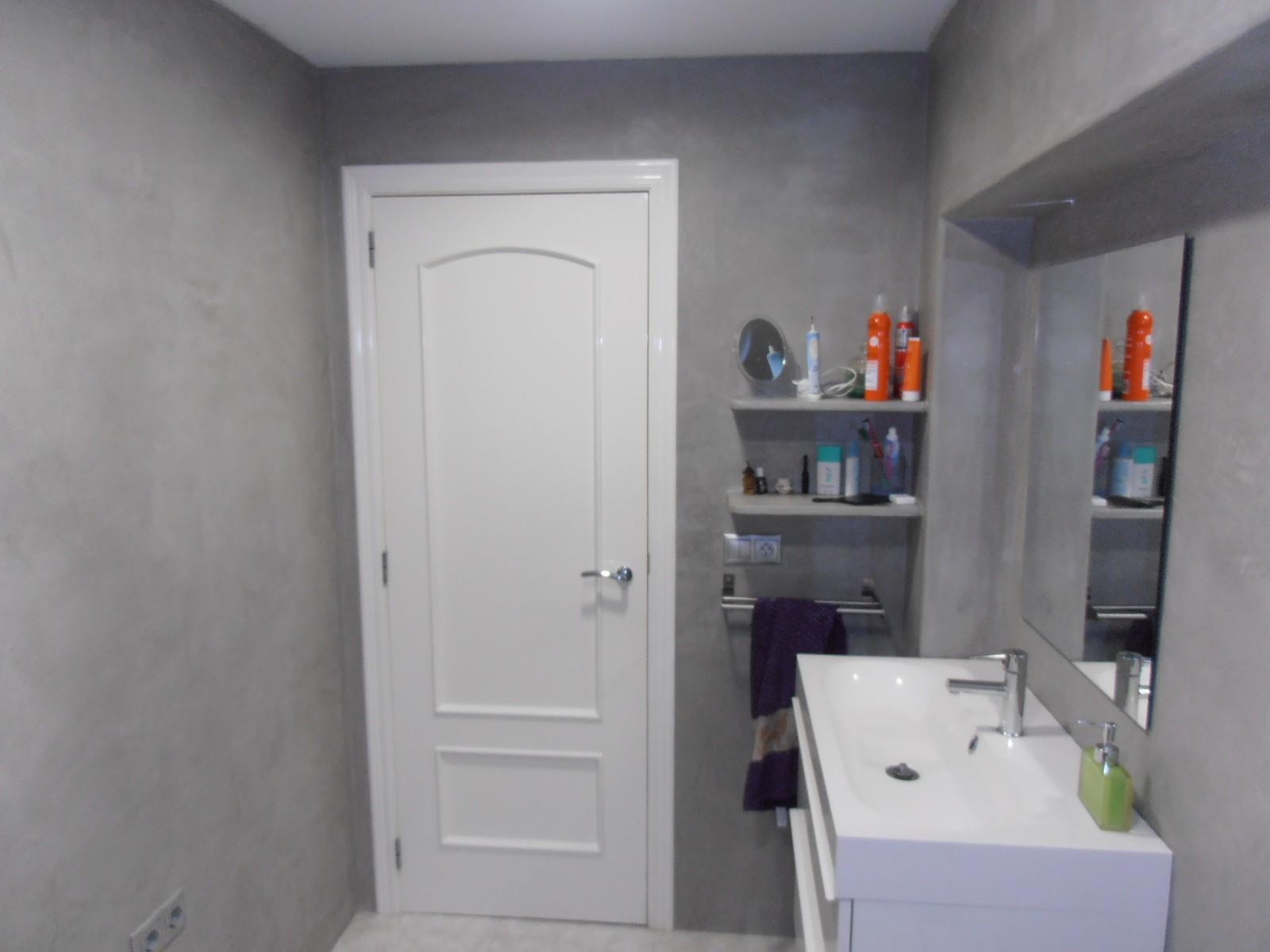 Tadelakt Pac plein pour rénover la salle de bain sur les tuiles.